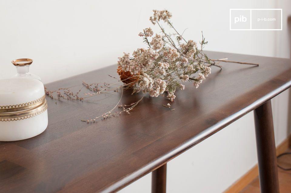 Diseñada en una madera de acacia particularmente estética y refinada que da hermosos reflejos de