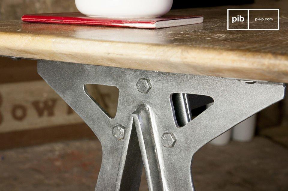 La combinación entra el metal y la madera solida