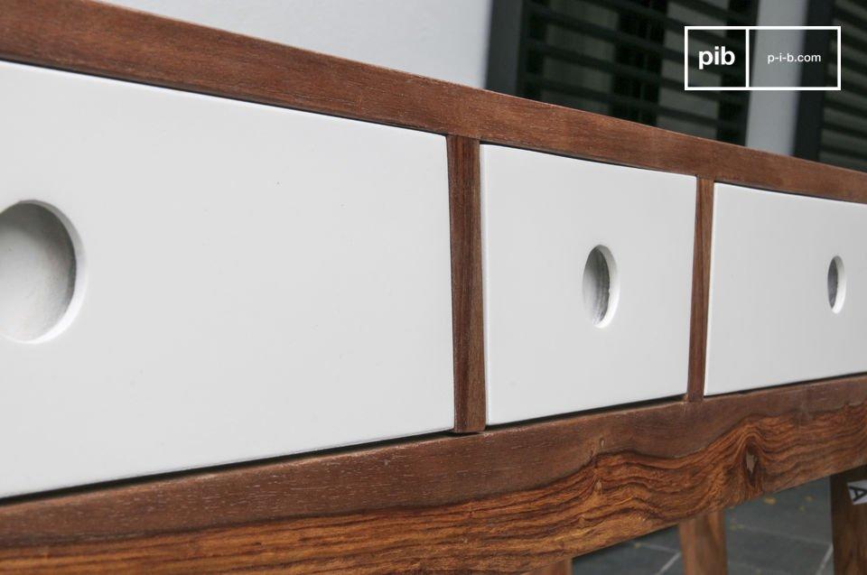 Protegida por un barniz oscuro similar al color nogal, esta madera es resistente a las manchas