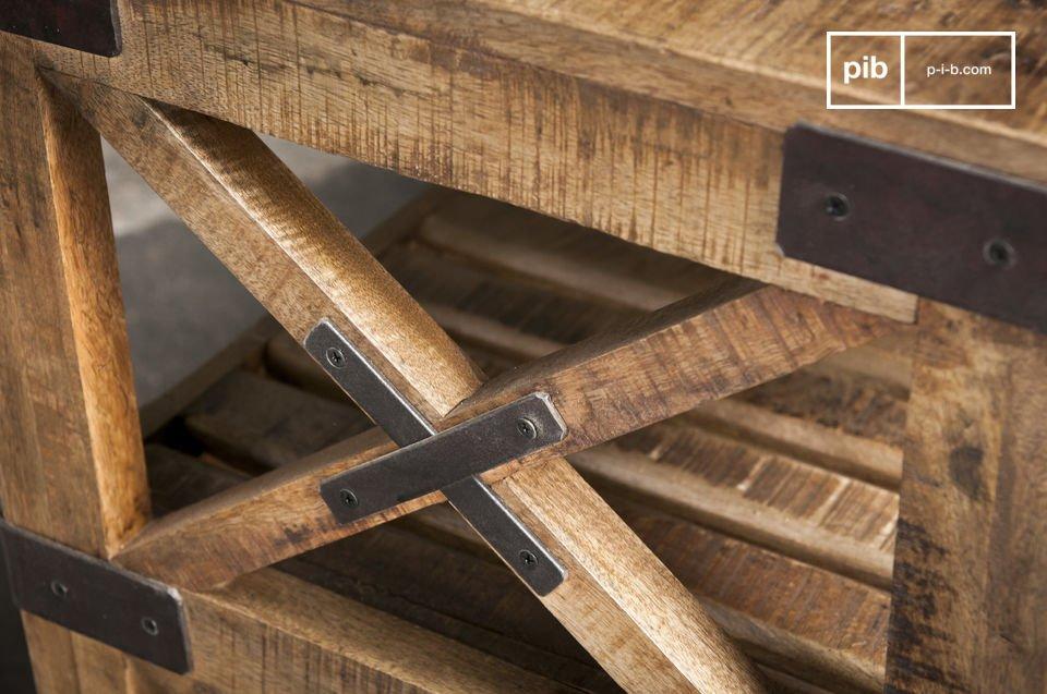 Las ruedas y los detalles de acero que han sido montados en la estructura del mueble
