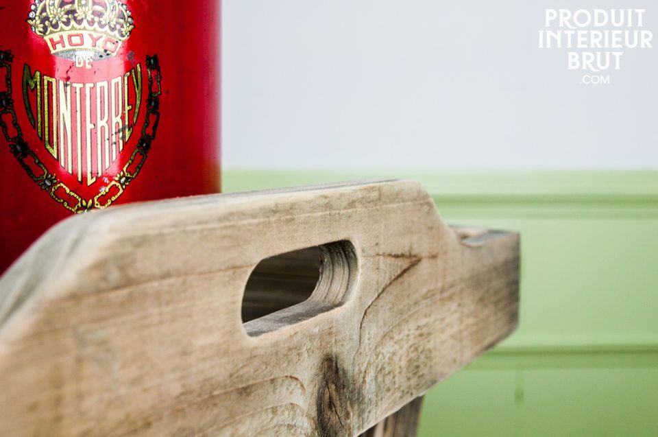 Esta mesa funcional combina la robustez de la madera sólida y la practicidad de su bandeja