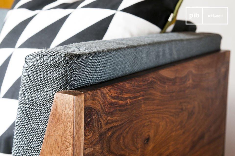 Se diseña con madera sheesham con un palo de rosa barnizado y sólido