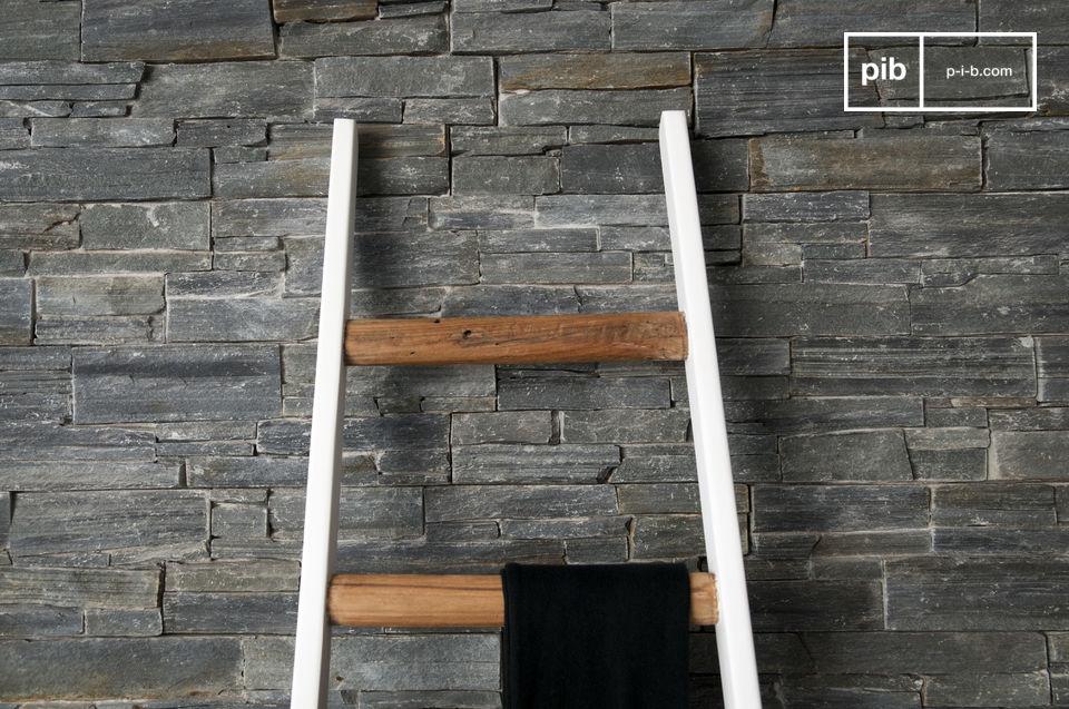 Una escalera hecha totalmente de madera para decoración