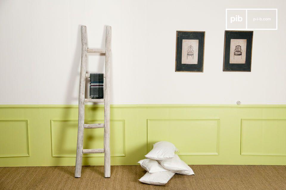 Esta escalera decorativa entre las escaleras de madera da un toque natural para colgar su ropa en el