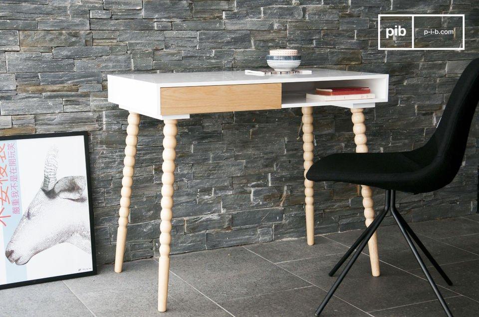Un hermoso escritorio con cajones