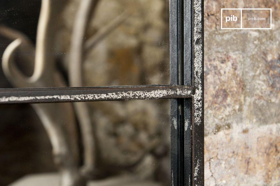 Espejo con marco metálico de diseño industrial