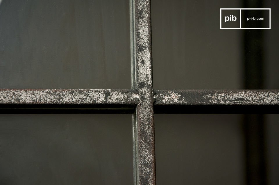 Un gran espejo de pared con un marco de metal envejecido le dará volumen a su habitación y le