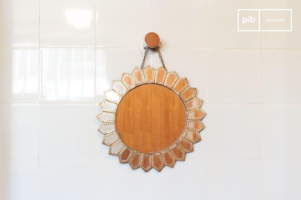 Un hermoso espejo de inspiración morisca con forma de sol