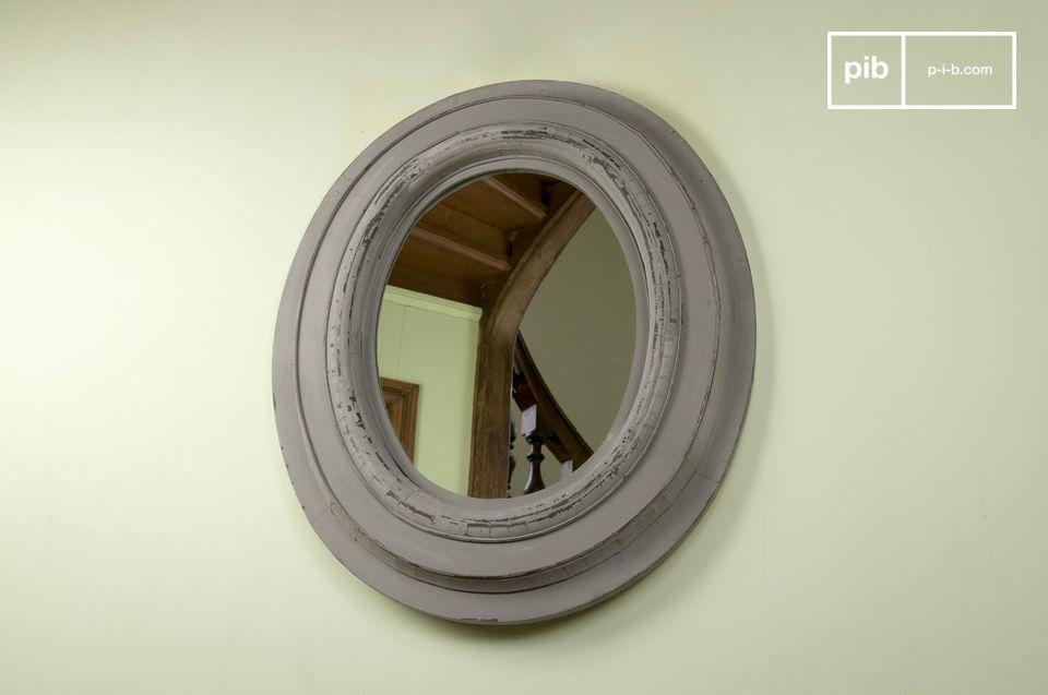 Estos espejos de madera con pintura desgastada le dará amplitud a su habitación con un look retro