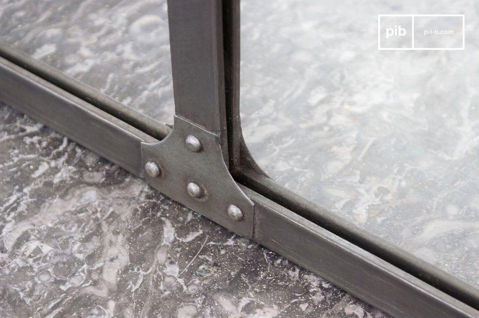 Este espejo está hecho con láminas de acero y bordes que parecen tener remaches