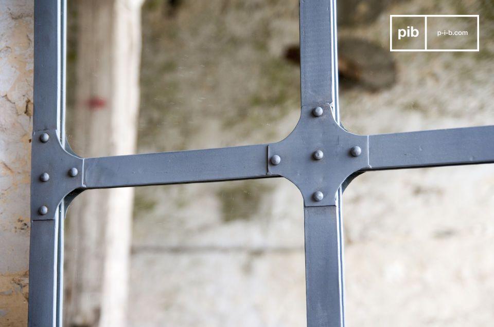 Estos espejos de metal tienen 2 puntos de montaje para poder instalarlo verticalmente