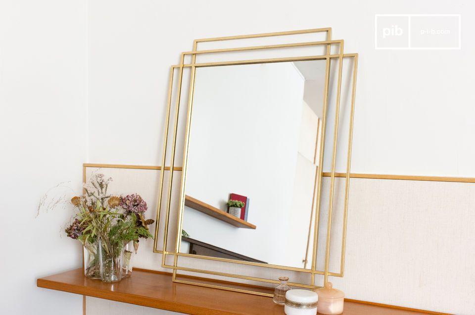 Un gran espejo rectangular inspirado en el art decó