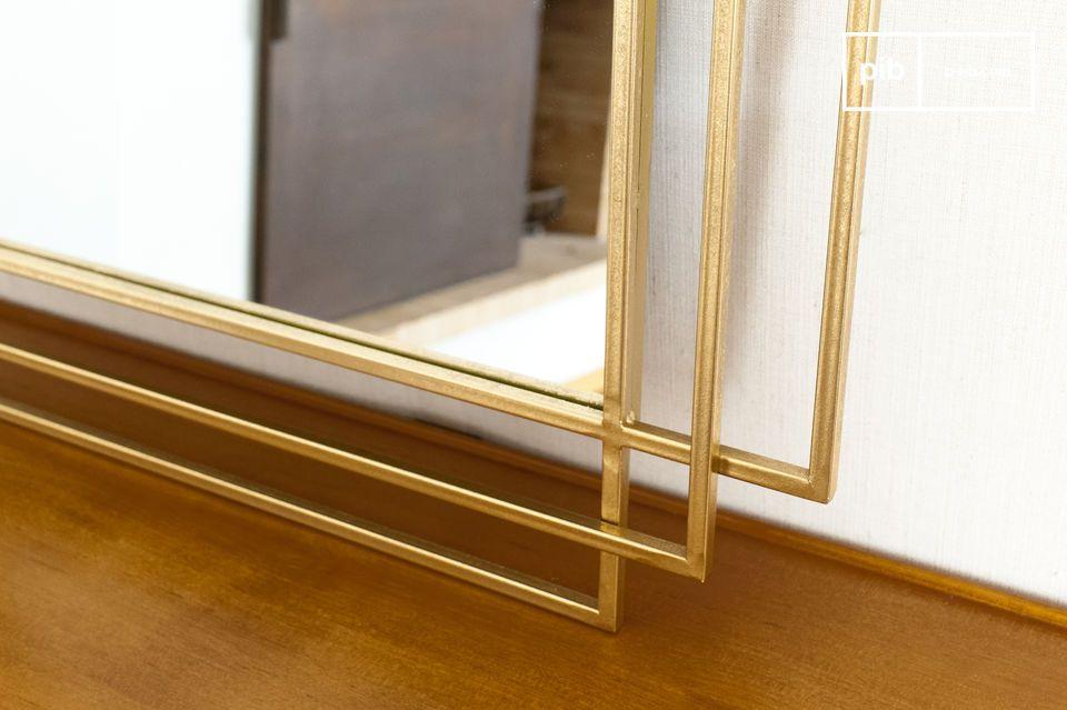 Este gran espejo geométrico con sus finos contornos se inserta en una estructura de tres