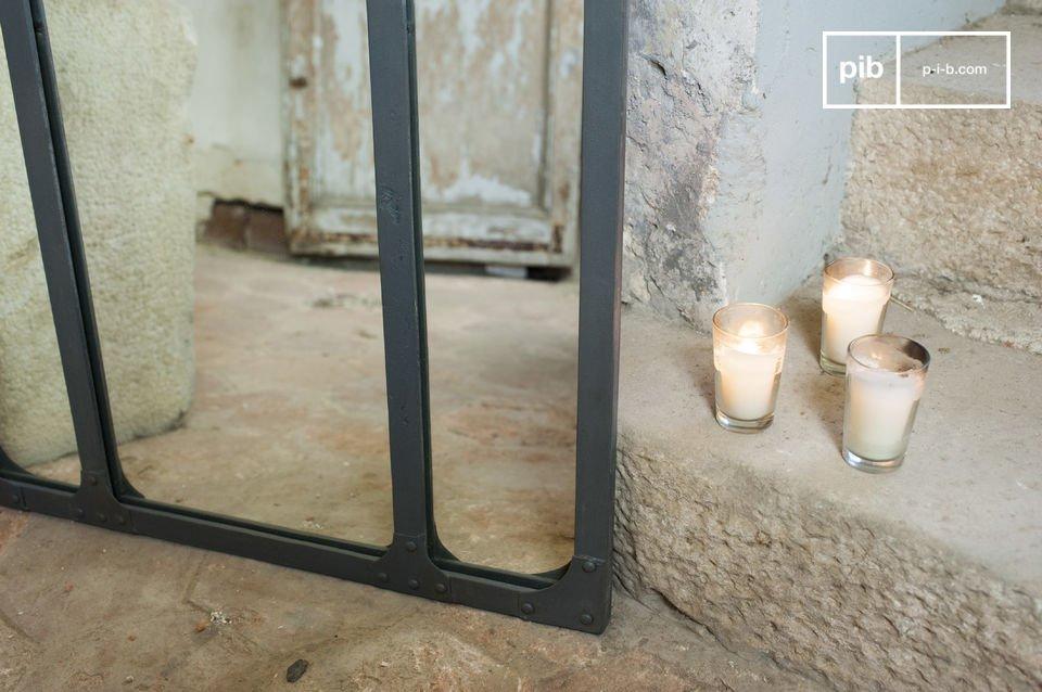 Su reflejo en un espejo tríptico con una estructura metálica remachada
