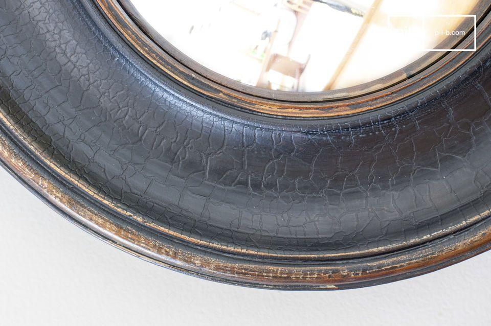 Un hermoso espejo cilíndrico con grandes bordes patinados