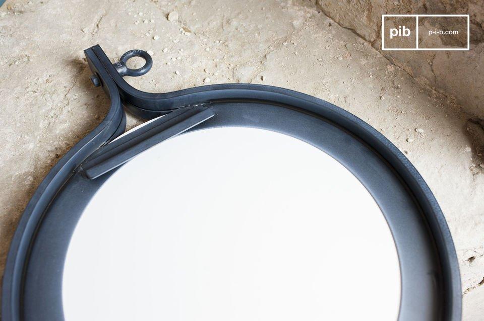 El espejo Matka tiene un diámetro de 40 cm y un marco de acero oscuro barnizado