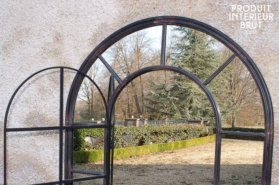 Este espejo tiene su propio estilo debido a su elegante forma