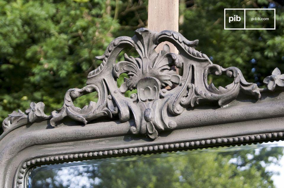 El espejo Senlis tiene un estilo clásico con un hermoso marco de madera que dejará a sus invitados