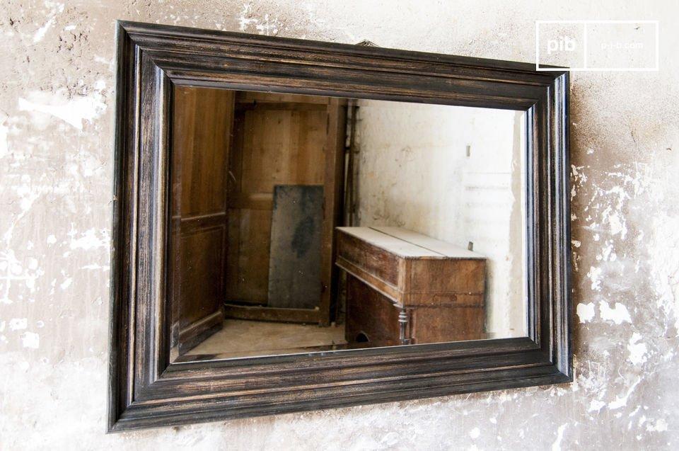 El encanto de un espejo antiguo retro