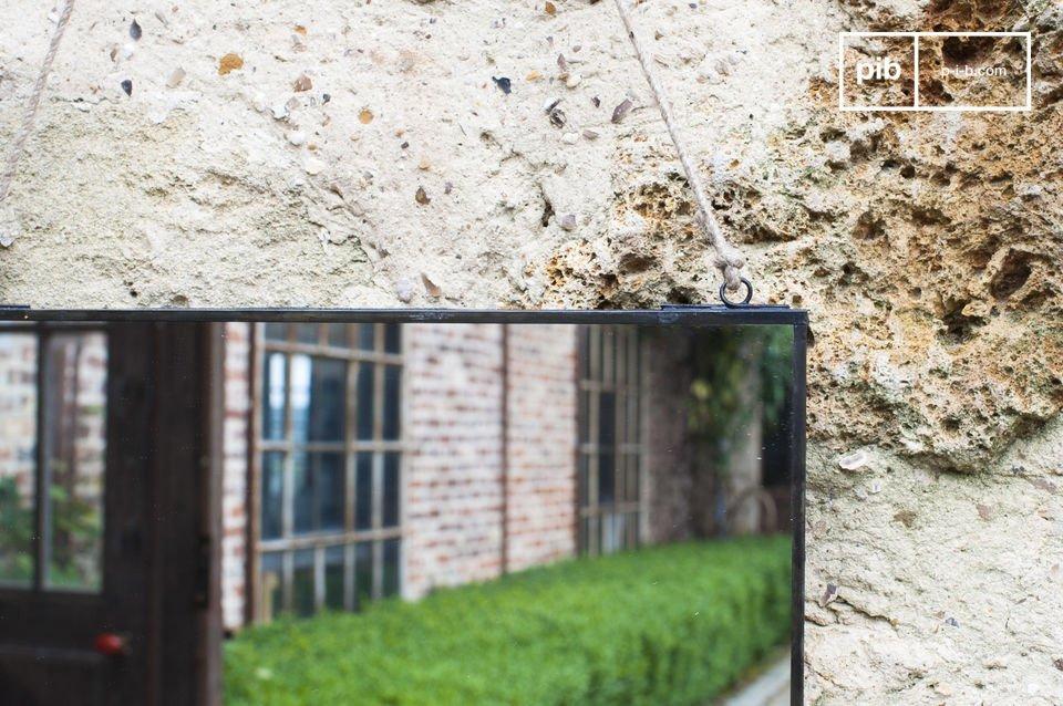 Espejo de pared rectangular con un diseño sobrio y vintage