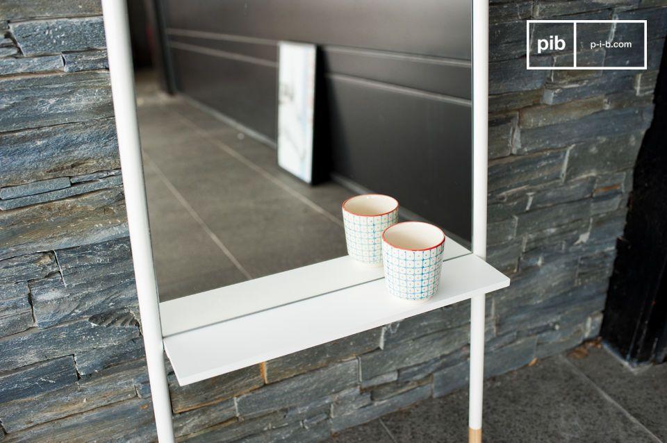 Un gran espejo con todo el diseño nórdico