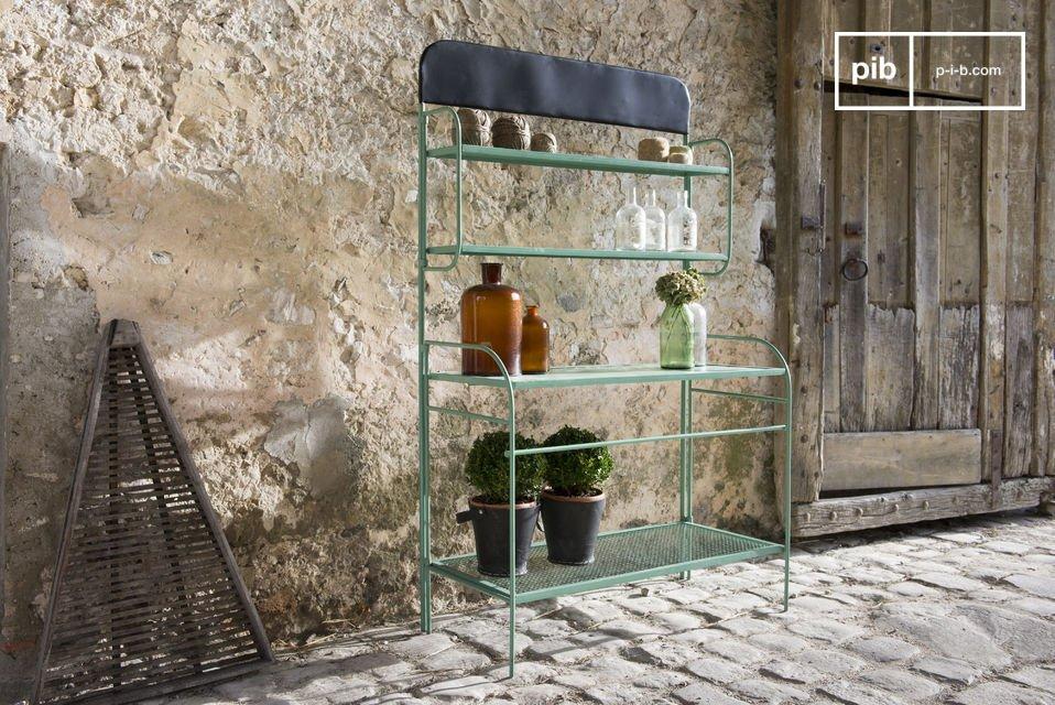 El metal perforado les ha dado alguna ligereza visual, que participa en el encanto de los muebles