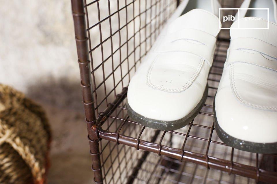 El estante de zapatos Gradel es un mueble de metal que combina el estilo vintage y aspectos