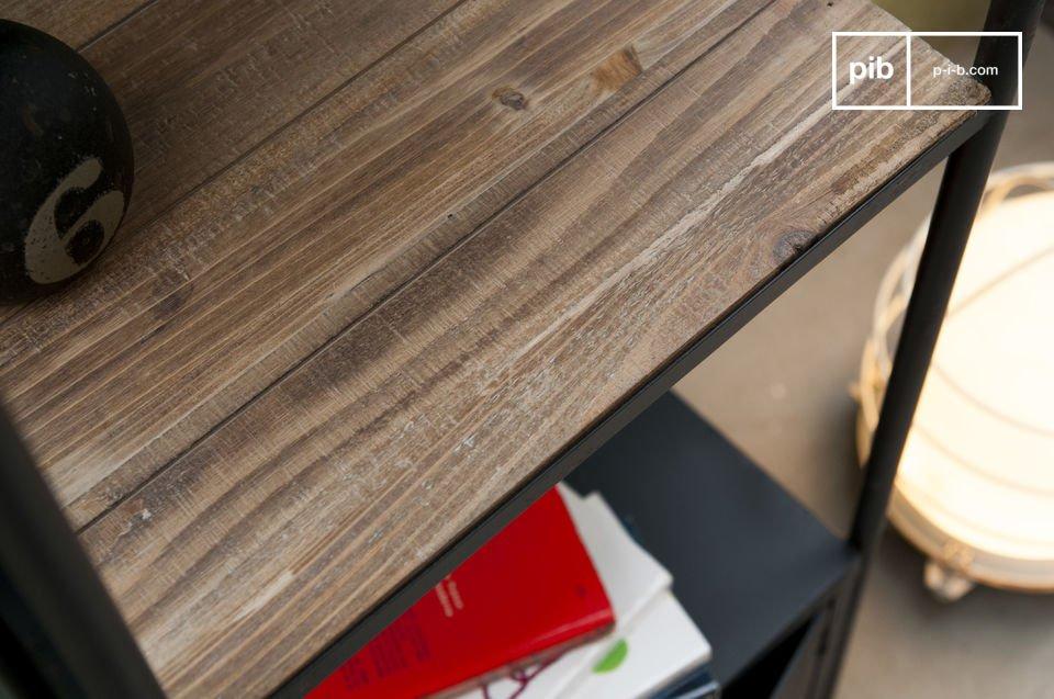 Su estructura está hecha de hierro y sus estantes están hechos de resistente madera durable