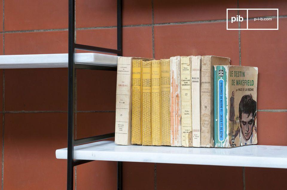 Lúdico y práctico con su composición de escaleras metálicas y estantes de mármol