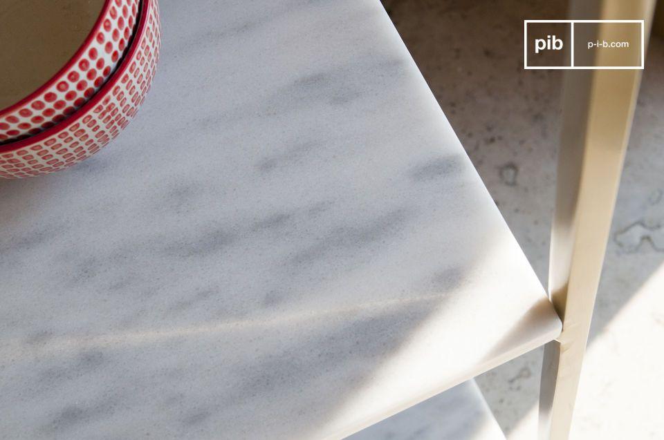 Sus acabados son refinados: el mármol está delicadamente veteado de gris y recubierto de un