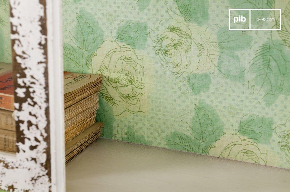 Este gabinete de pared hecho de madera puede estar en el piso o montado en la pared con dos puntos
