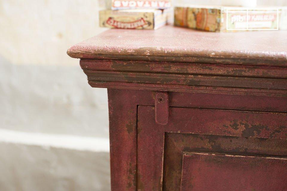 Este romántico mueble está hecho de madera sólida mango, denso y resistente