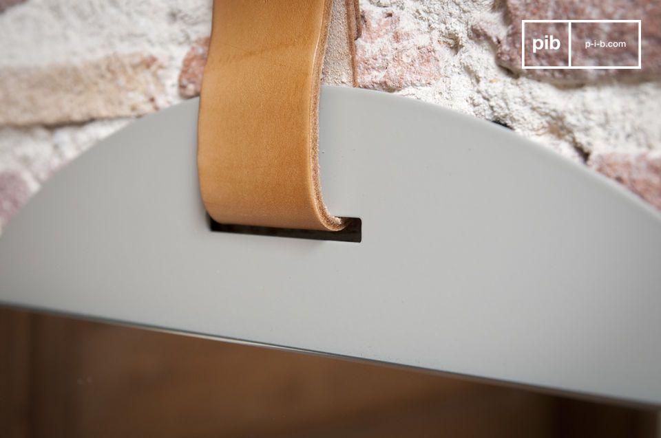 Suspendido por una correa de cuero grueso, estos espejos redondos de entrada muestran estilo