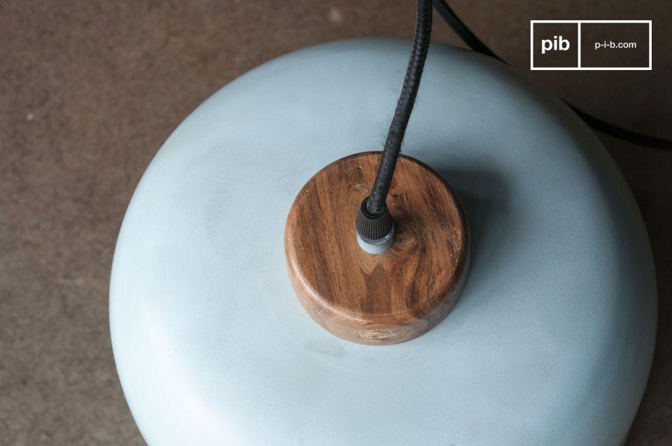 El soporte de madera en bruto barnizada contrasta con la esbeltez del tono metálico turquesa claro