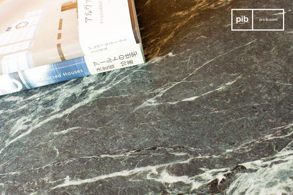 Esta pequeña mesa con sus valiosas dimensiones combina la elegancia y la preciosidad del mármol
