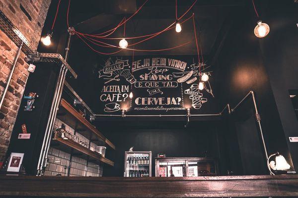 Iluminación vintage en un bar