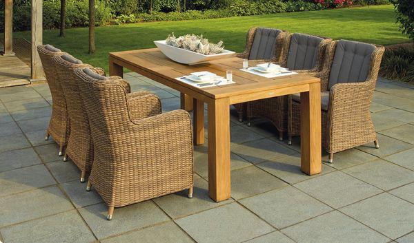 Jardin con muebles de madera