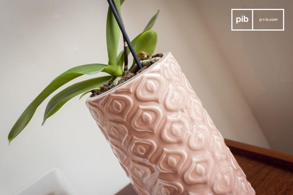 Un jarrón de cerámica rosa trabajado en un estilo vintage lleno de dulzura