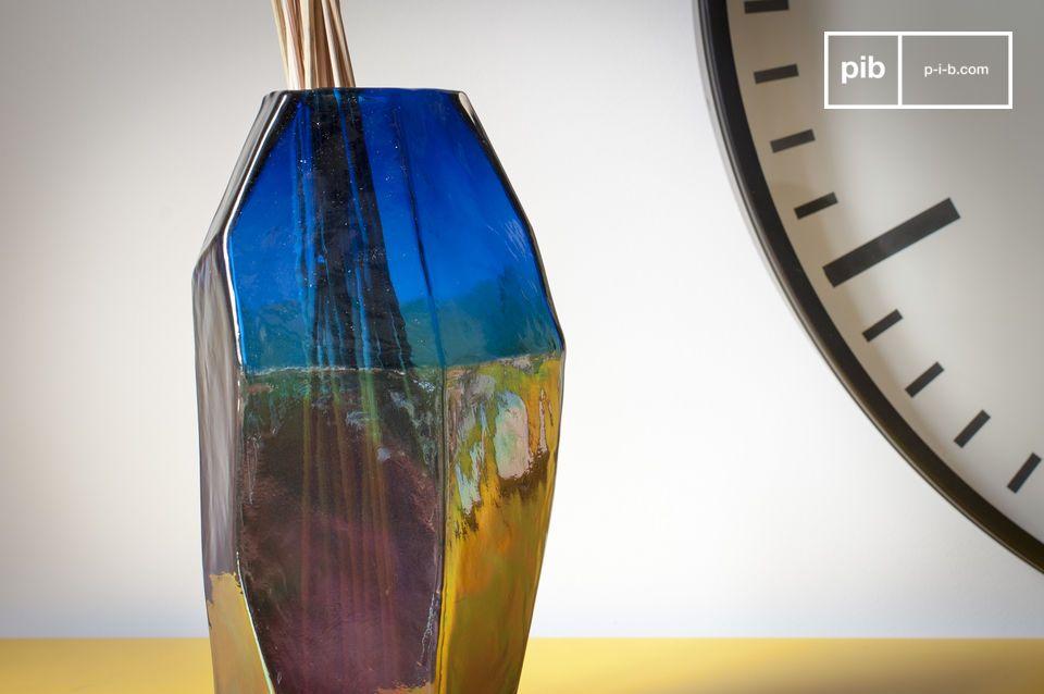 El jarrón de vidrio Ingeborg muestra líneas rectas y elegantes