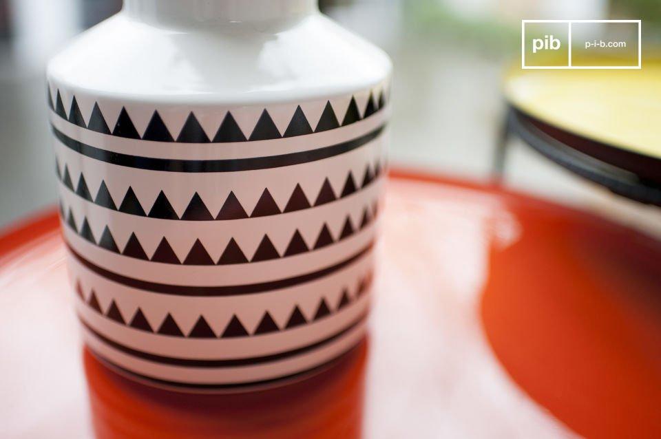 Un pequeño jarrón de cerámica con todo el estilo