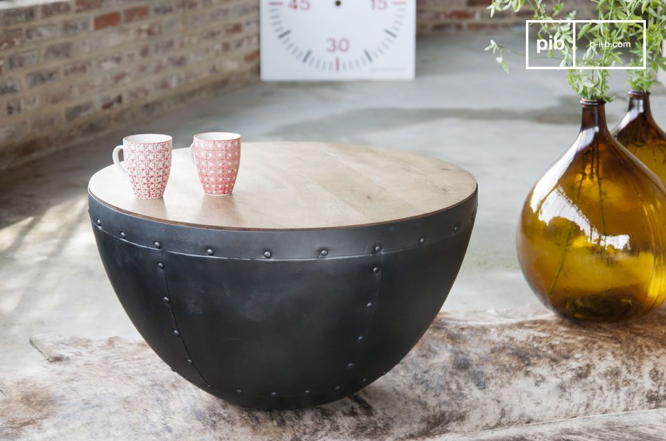 Un aspecto decididamente industrial para esta mesa con remaches visibles