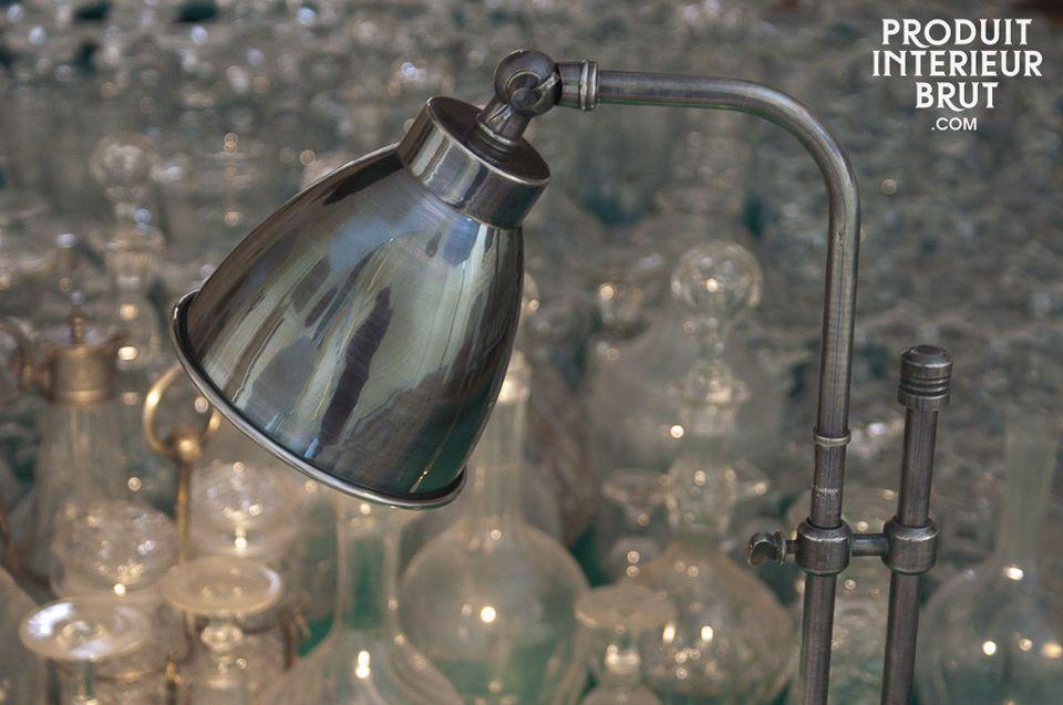 Una elegante lámpara con un hermoso acabado plateado