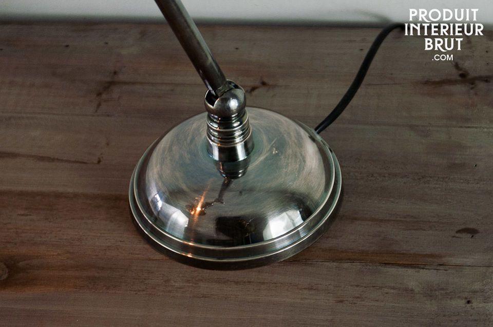 Esta lámpara tiene atractivas líneas redondas