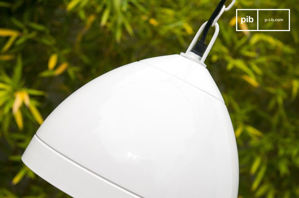 La lámpara colgante Këpsta está hecha de metal y es la mezcla de la simplicidad escandinava con