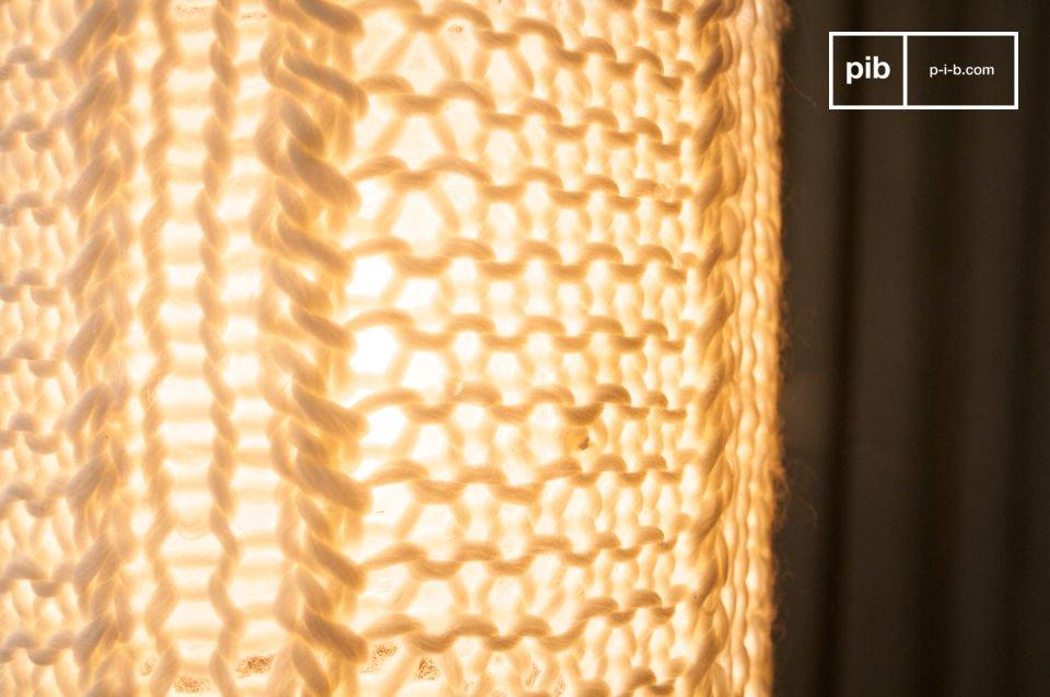 La lámpara colgante Agüela es una pequeña luminaria creada para su techo que difundirá una