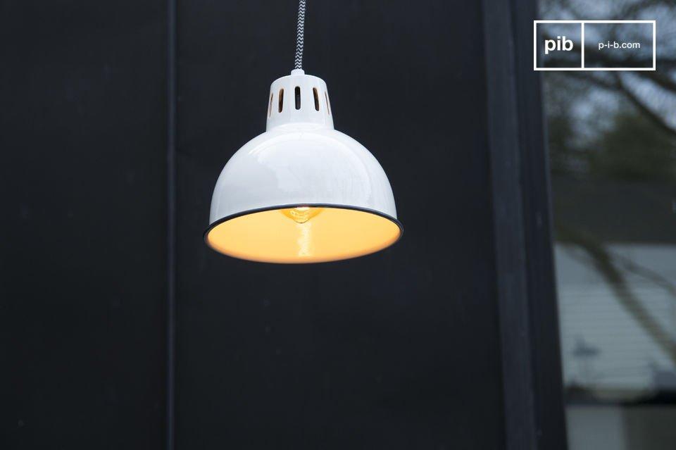 Bellos acabados de color blanco impecable que harán brillar su lámpara colgante Snöl y