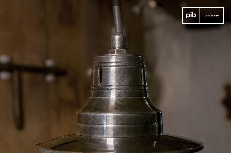 Una elegante y fantástica lámpara vintage con globo esférico