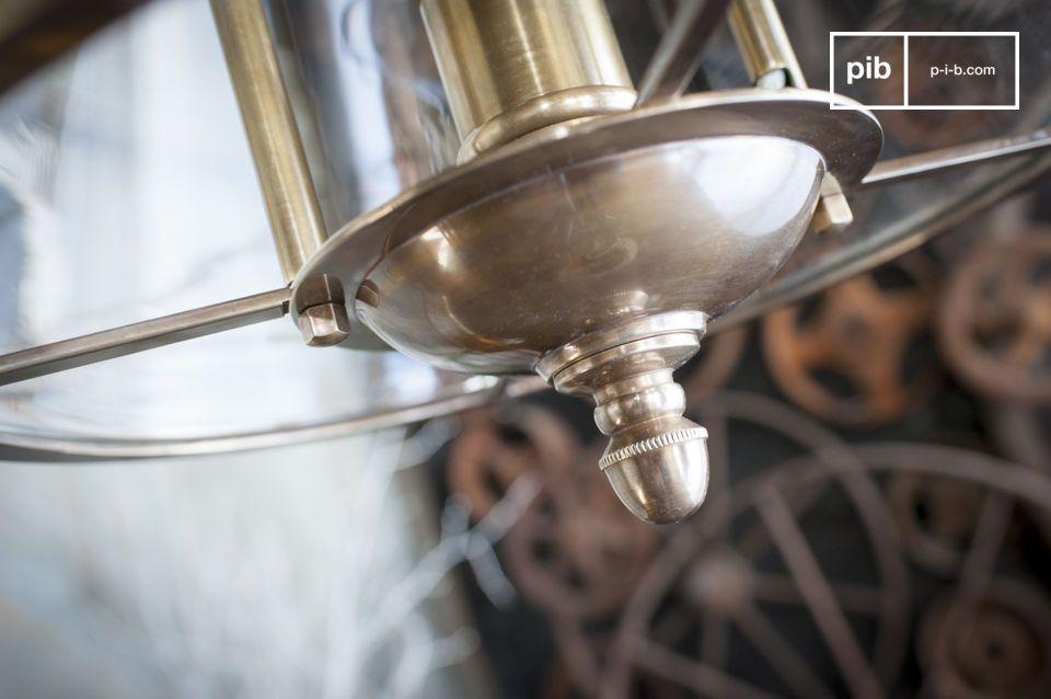Con su elegante cable que se funde con la cadena y sus muchos detalles dorados