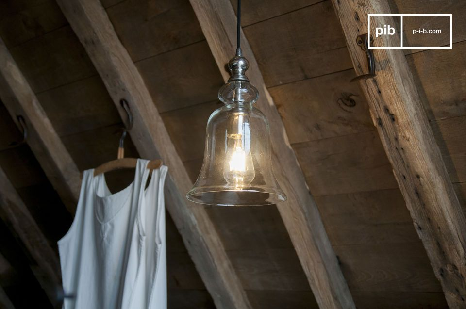 La Lámpara colgante de vidrio Sweet Bellmuestra curvas y ondulaciones para una representación