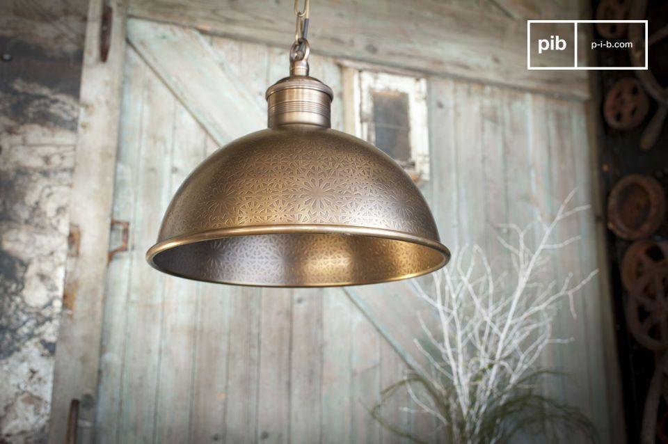 Excepcional lámpara de inspiración oriental, en latón cincelado